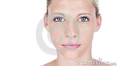 Piękny kobiety starzenia się procesu portret Kobieta model z różową pomadką z starzenie się skórą i dorośnięcie twarzą marszczy zbiory wideo