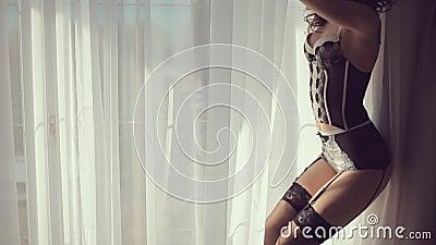 Piękny model w bieliźnie przeciw okno zdjęcie wideo
