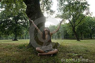 Piękny siedzi drzewa pod kobiet potomstwami