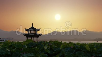 Piękny wschód słońca z antyczną pagodą zdjęcie wideo