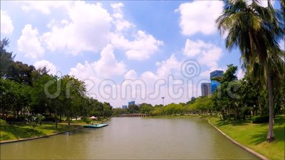 Piękny zielony ogród botaniczny z długim kanałem przy Chatuchak jawnym parkiem, Bangkok, Tajlandia zbiory wideo