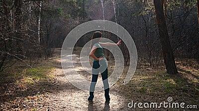 Pi?kna lato dziewczyna w lesie, stoi w joga pozie na dywaniku Utrzymania balansuj?, medytuj?, mi??nia rozci?ganie, plenerowy zbiory