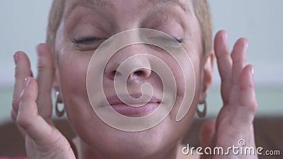 Pi?kno zdr?j w domu Szcz??liwa pi?kna dojrza?a kobieta usuwa oko ?aty i patrzeje kamer? z zadziwiaj?cym du?ym u?miechem zdjęcie wideo