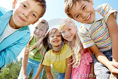 Pięć szczęśliwych dzieciaków