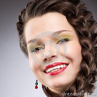 Piacere. Stile di vita. Donna intrecciata felice dei capelli di Brown. Sorriso a trentadue denti