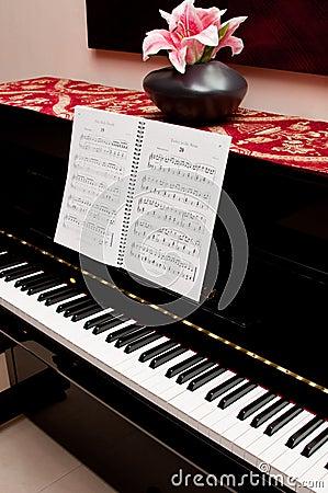 Piano y libro de la canción