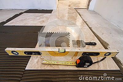 Piastrelle di ceramica e strumenti per il piastrellista installazione delle piastrelle per - Lavoro per piastrellista ...