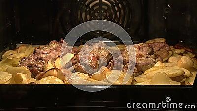 Piatto della carne nel forno stock footage