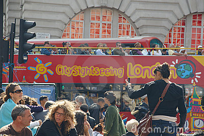 Квадрат Piccadilly в Лондон толпился туристами Редакционное Стоковое Фото