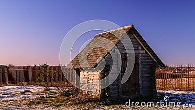 Piccola casa di campagna di legno fotografia stock for Schizzo di piccola casa
