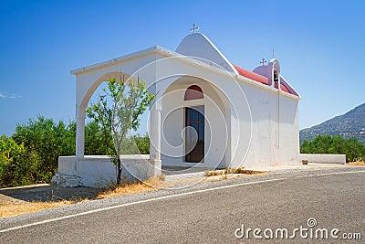 Piccola chiesa bianca sulla costa di Creta