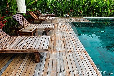 Piccola piscina con la regolazione di legno circondata - Piccola piscina ...