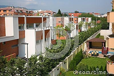 Case moderne con il giardino fotografia stock immagine for Piccole case moderne