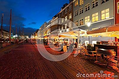 Piccoli caffè su Nyhavn alla notte Fotografia Editoriale