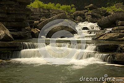 Piccolo fiume della montagna del Tennessee con le cadute