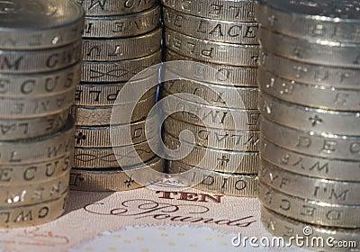 Pièces de monnaie sur le billet de banque