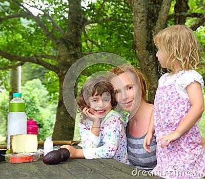 Picknick för park för dotterfamiljmoder utomhus-