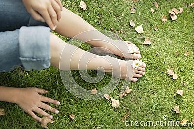Picknick-Füße mit Gänseblümchen