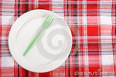 Picnic. πιάτο στο τραπεζομάντιλο