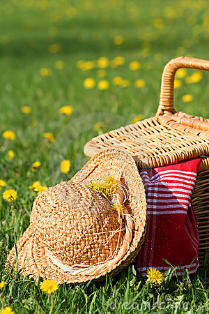 Free Picnic Basket And Hat Stock Image - 768801