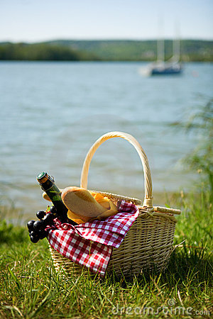 Free Picnic Basket With Food Royalty Free Stock Photo - 14413355