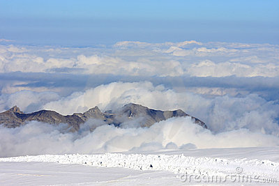 Picos de montaña sobre las nubes en el Jungfraujoch