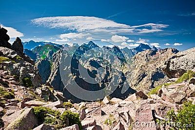 Picos nervosos de montanhas corsas