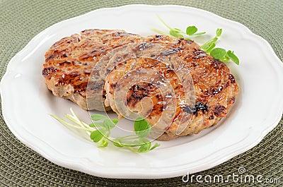 Piec na grillu indyczy hamburgery
