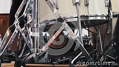 Piede del ` s del batterista in scarpe da tennis che muovono il pedale della spigola del tamburo Movimento lento video d archivio