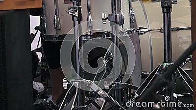 Piede del ` s del batterista in scarpe da tennis che muovono il pedale della spigola del tamburo video d archivio