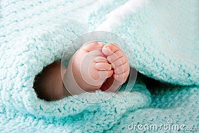 Piedi del bambino in coperta