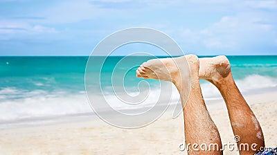 Piedi dell uomo alla spiaggia