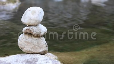 Piedra de la balanza por el río metrajes