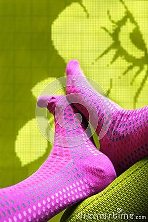 Pieds avec les chaussettes colorées