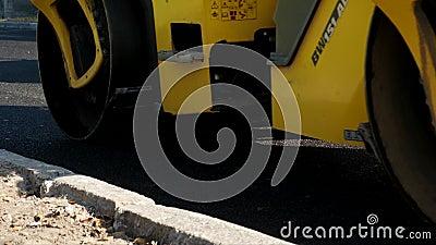 Piel de rodillos pesados y apriete asfalto caliente almacen de metraje de vídeo