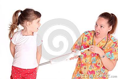 Pielęgniarka daje dziecku strzałowi