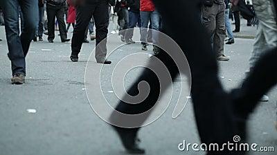 Piernas de la gente que caminan en ciudad