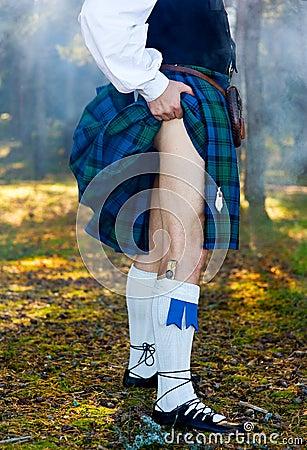Piernas del hombre en falda escocesa