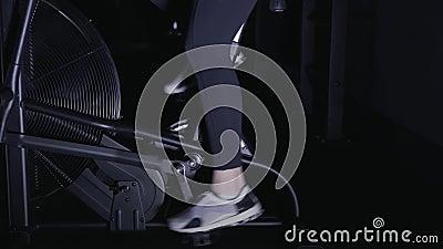 De La Bicicleta Zapatillas LateralCacerola Máquina Deporte En Piernas Mujer Una GimnasioVista Un FlKT13Jc