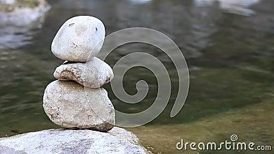 Pierre d'équilibre par la rivière