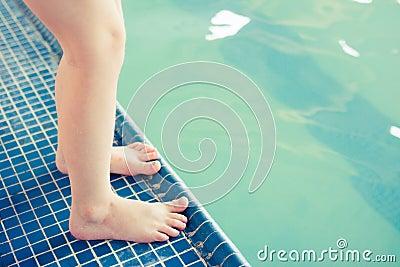 Pies por la piscina en la clase de la nadada
