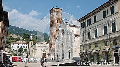 Pietrasanta: κύριοι τετραγωνικοί τουρίστες που θαυμάζουν τον καθεδρικό ναό και τα γλυπτά Duomo φιλμ μικρού μήκους