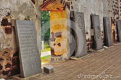 Pietre tombali antiche alle rovine della chiesa