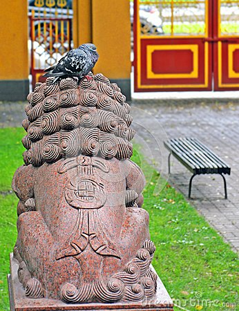 Free Pigeon On The Sculpture Head Of A Lion In The Yard Of The Buddhi Royalty Free Stock Photos - 106362158