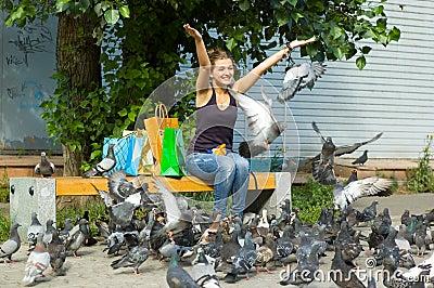 Pigeons alimentants de femme