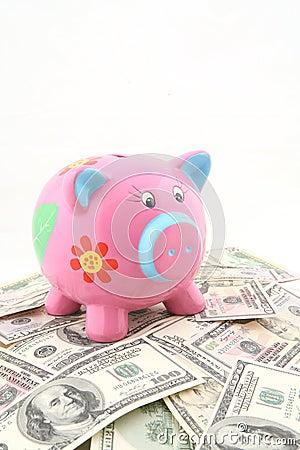 Piggy Querneigung über Stapel Geld
