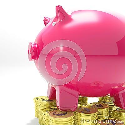 在显示金钱增量的硬币的Piggybank