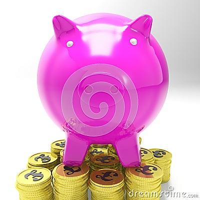 Piggybank auf den Münzen, die Großbritannien-Investitionen zeigen