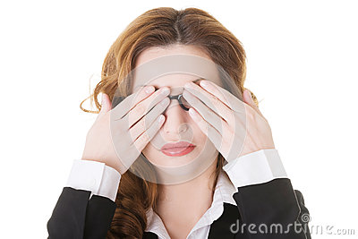 Piękna biznesowa kobieta zakrywa ona oczy.