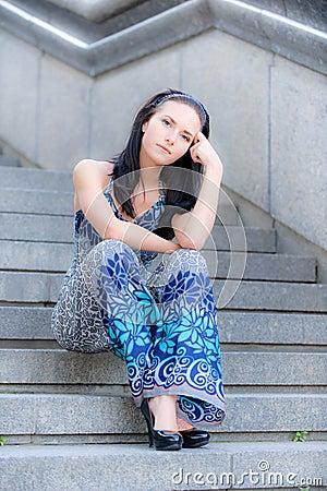 Piękna dziewczyna siedzi kroki młodych